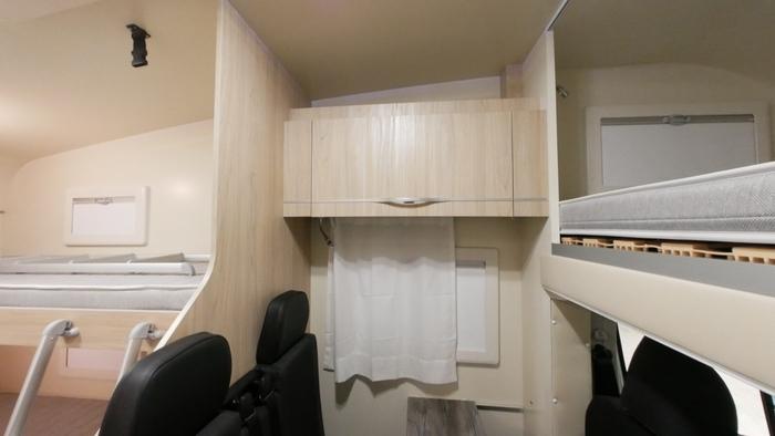 Alkoven Wohnmobil BELA trendy 3 Wohnbereich mit Aufbewahrung