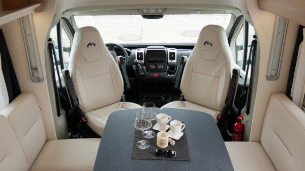 Wohnmobil kaufen neu Mooveo TEI-72EBH Ansicht Pilotensitze und Sitzgruppe