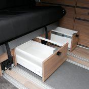 Campervan 3 Ansicht Staufächer unter Sitzbank offen
