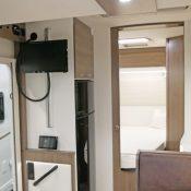 Wohnmobil kaufen Mooveo 71FBH Ansicht zurm Bett