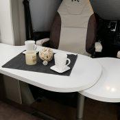 Wohnmobil Mooveo TEI-60FB Tisch ausgeklappt